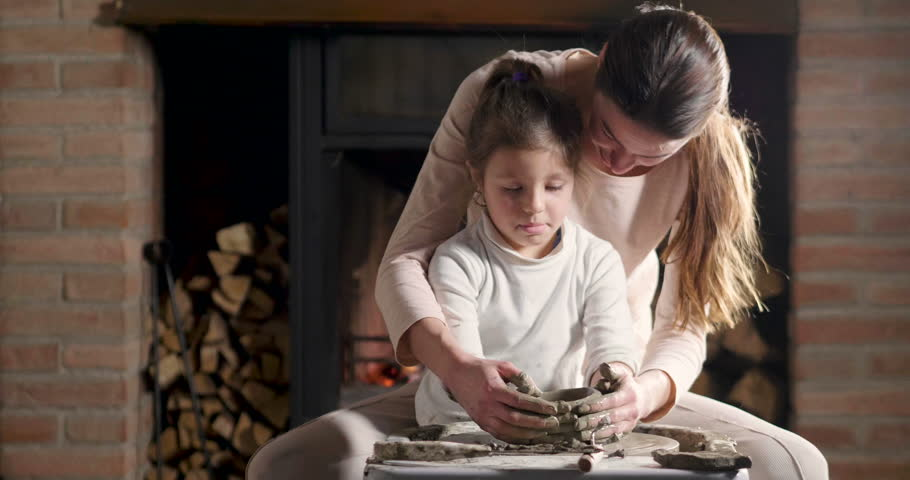 A magical moment in which a mother expert in creating vases teaches her daughter how to make a vase and passes on the ancient tradition of creating works of art from generation to generation.