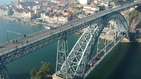 Zooming out the D. Luis I bridge