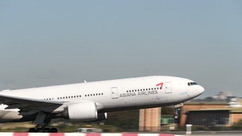 ASIANA AIRLINES BOEING 777-28E(ER) HL7791 at SYDNEY AIRPORT AUSTRALIA - September 23, 2017