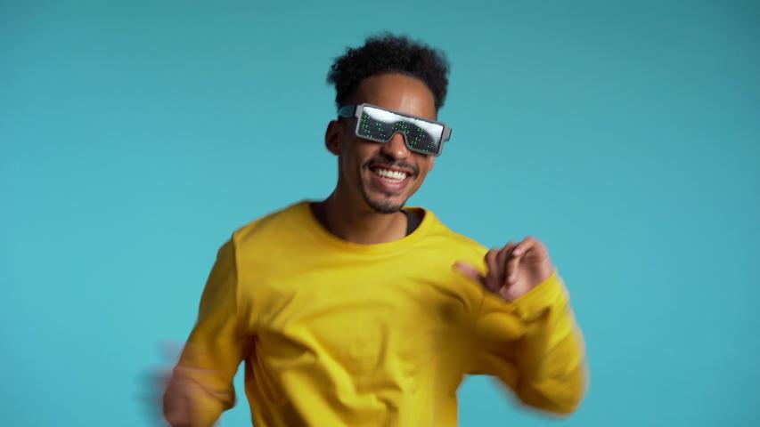 Image by Shutterstock Cool Bear Music Glasses Men/'s Tee