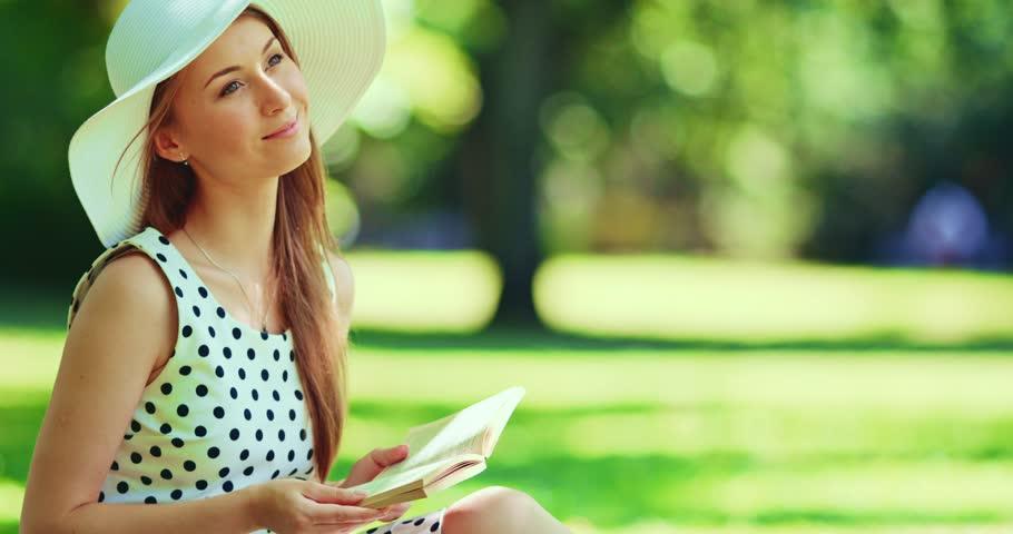 Αποτέλεσμα εικόνας για beauty woman reading a book