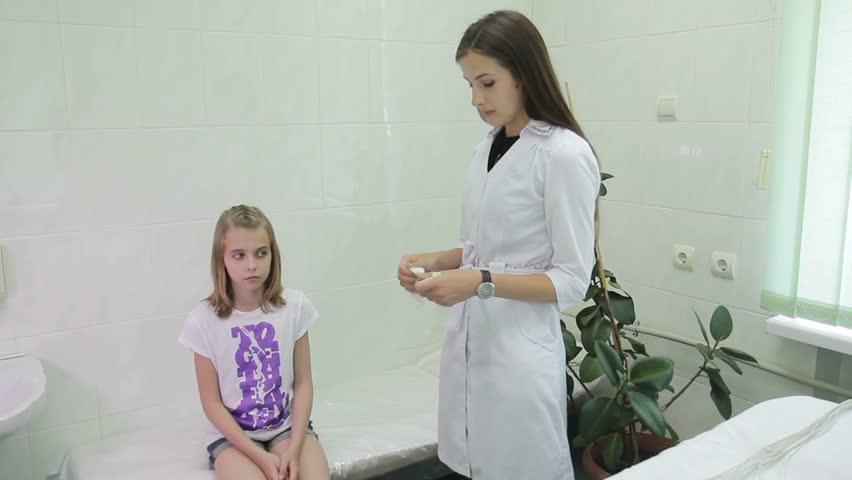 Девушка у двух врачей видео фото 678-285