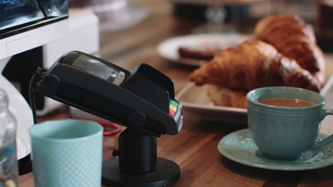 Payment with contactless credit card in café