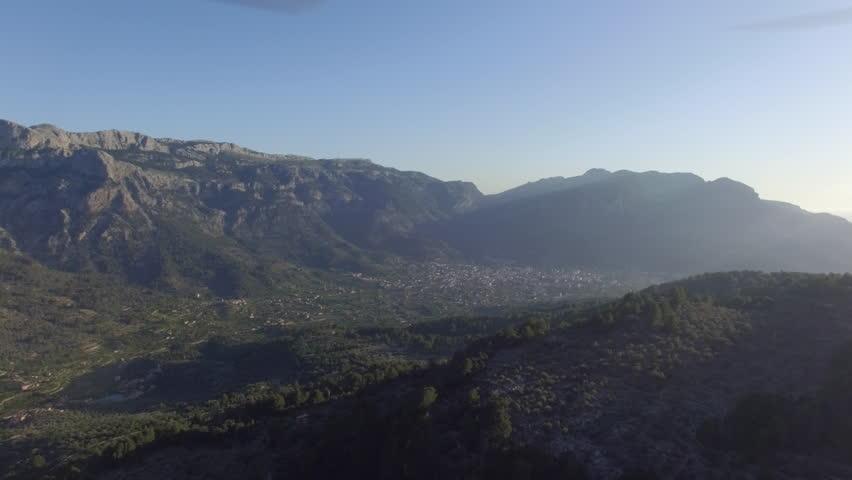 areal video mountains, con Phantom 3 pro in log, a Majorca