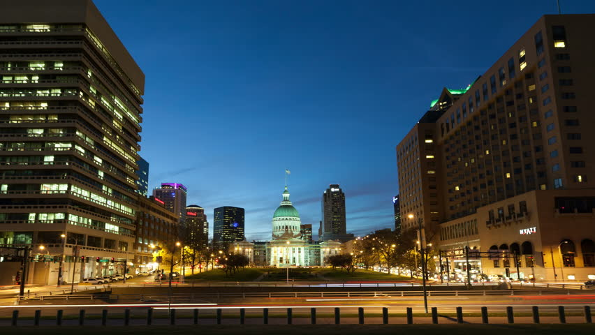 ST LOUIS, MO, USA - NOV 28, 2012: 4K Time lapse of traffic in front of the historic old St. Louis Court House at twilight