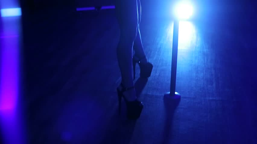 Girls lap dancing on butts — img 3