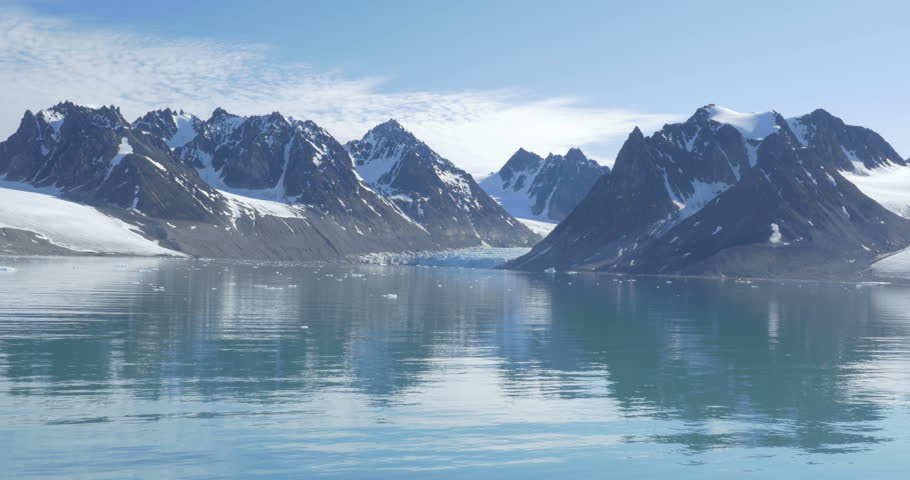 4k0023Spitsbergen Fiord Snowy Mountains Beautiful Shot Of Spitsbergen Reflected In The Water