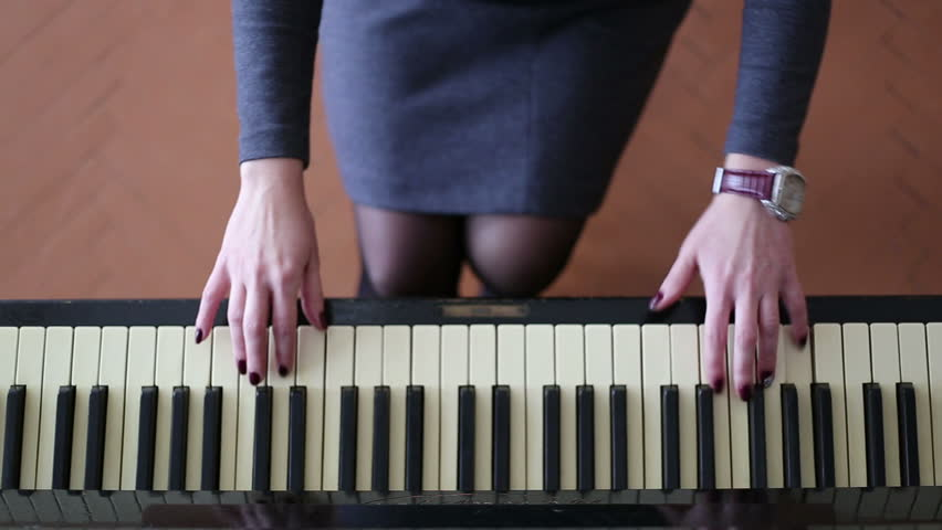 girl playing piano - 852×480