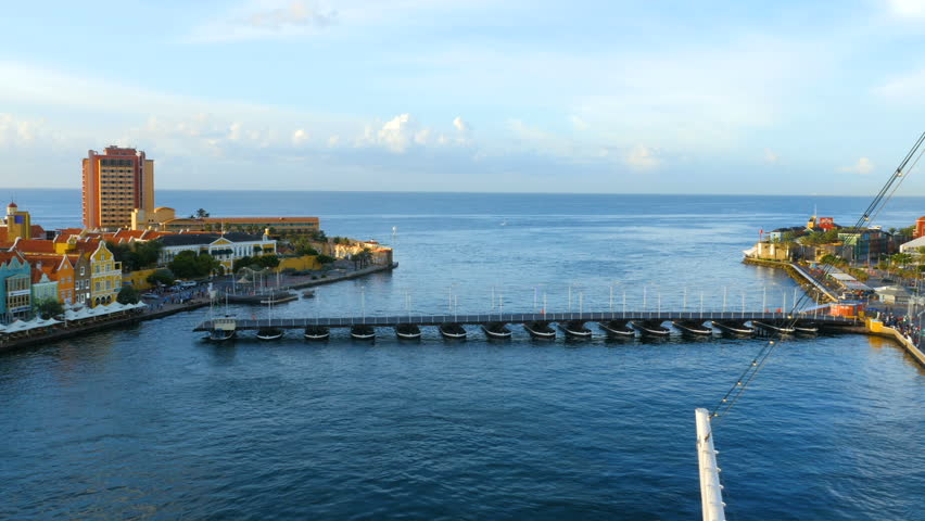 Willemstad, Curacao, Pontoon bridge closes