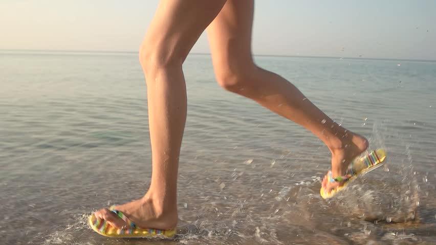 3a5b33b4259e75 Feet in Flip Flops Running. Vidéos de stock (100 % libres de droit ...
