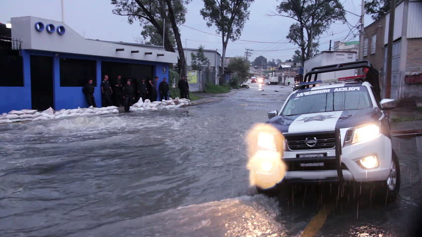 C. Izcalli, State of Mexico 06/Sep/17. Policemen gard an area affected by the flood, the water flows on the sewers due the flood by the collapse of the dam El Angulo during torrential rains.