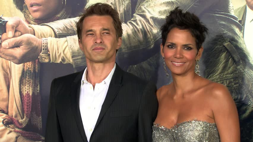 HOLLYWOOD - October 24, 2012: Halle Berry and Olivier Martinez at the Cloud Atlas Premiere in the Grauman's Chinese Theatre in Hollywood October 24, 2012