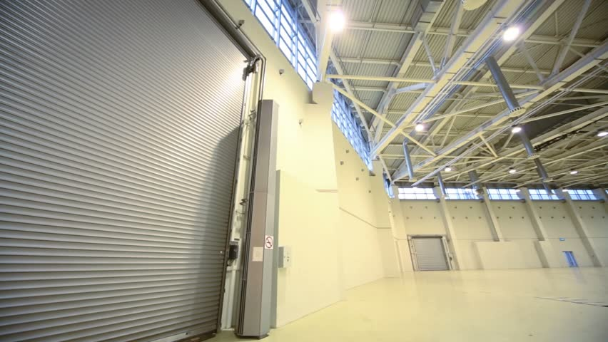 Review large hangar with roll gate for cars entrance