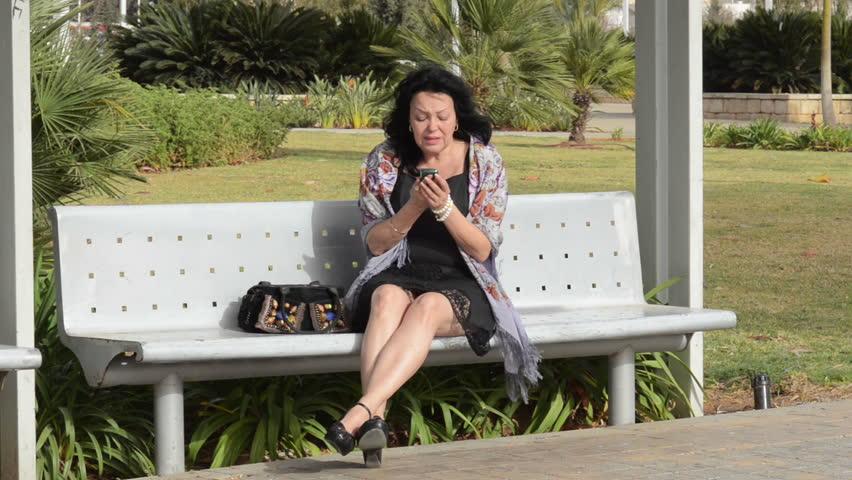 Kvinden sidder på bænken - Medium Shot Of kvinde sidder på-4371